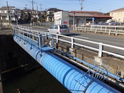目久尻川・吉野橋の水管橋