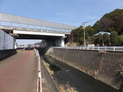 目久尻川・東名高速下
