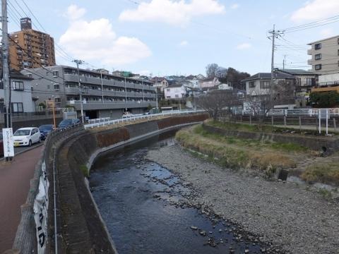 産川橋より目久尻川上流を望む
