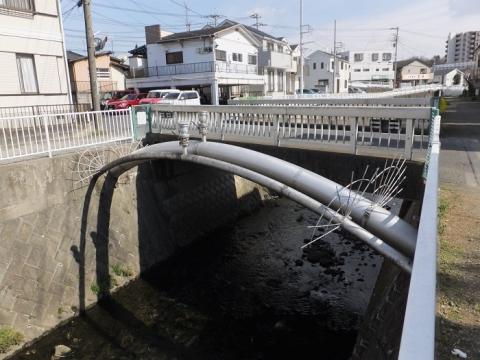 目久尻川・糯田橋のアーチ型水管橋