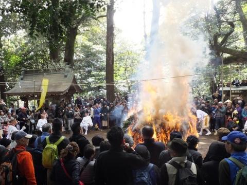 八菅神社例大祭・採燈護摩の火焔