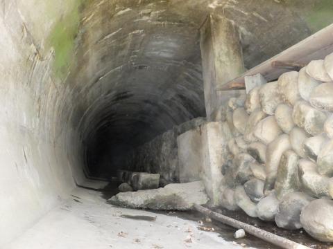 角田大橋前横須賀水道管路隧道入口内部
