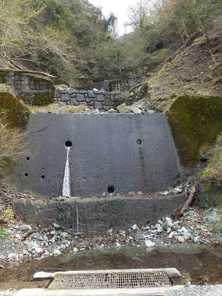 玄倉川左岸側の谷止工
