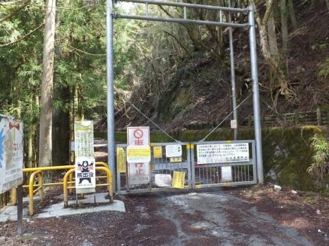 玄倉川沿い林道の車両規制ゲート