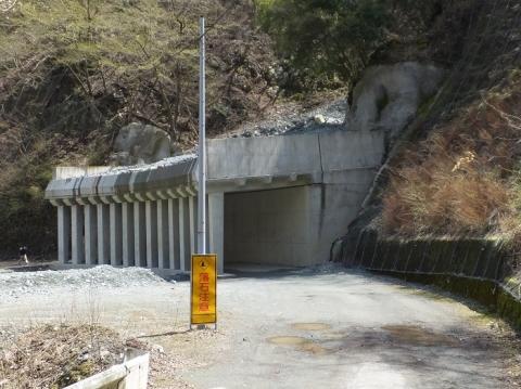玄倉川沿い林道の洞門