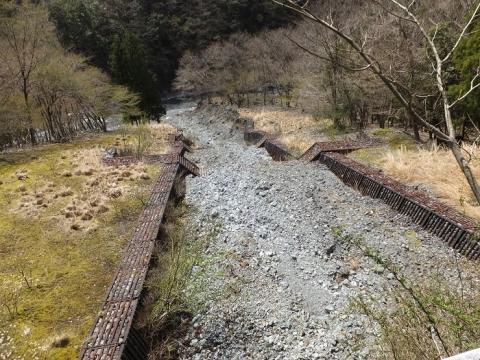 玄倉川沿い林道の砂防ダム・谷止工
