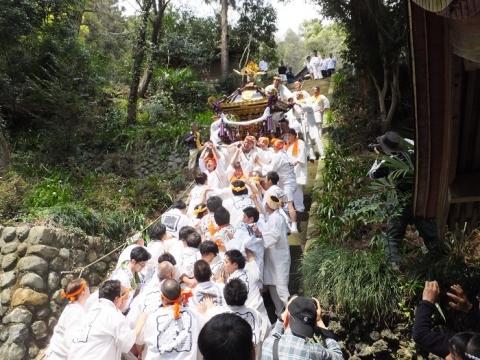 2017与瀬神社例大祭御神輿の階段下り