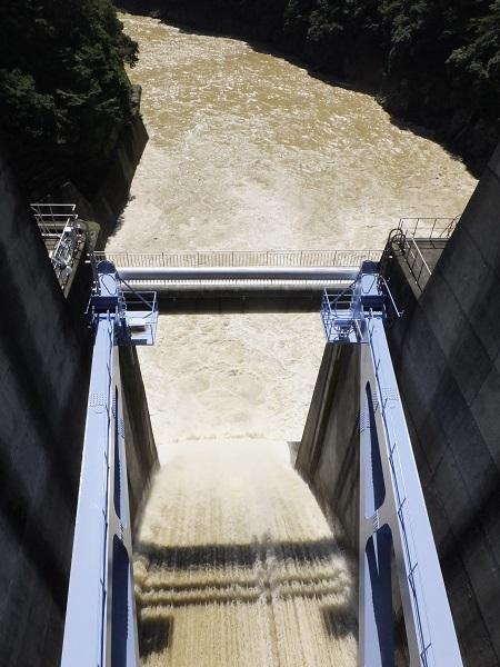 城山ダムのゲート放流