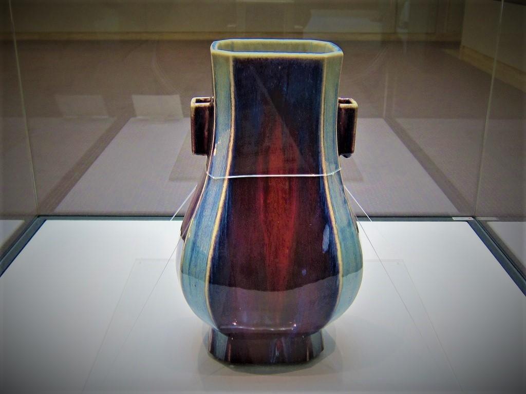 a 「火焔青 管耳方瓶」 「大清乾隆年製」銘 景徳鎮窯 清時代 18世紀 白金台の松岡美術館 (2)