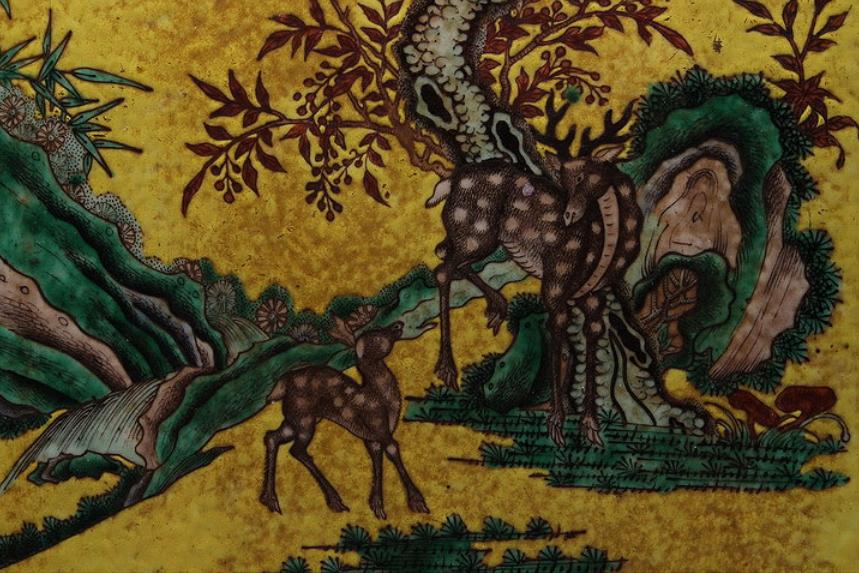 0 c 素三彩瓷板梅花鹿図挂屏・素三彩松下鹿瓷板掛屏b 横28.5cm 縦47.5cm 厚さ2.5cm