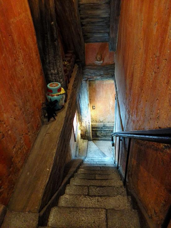 泰興楼  2階へ降りる階段