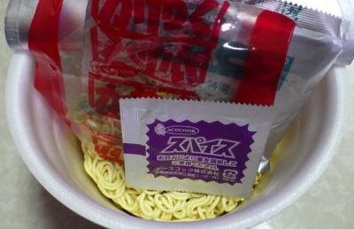 4/10発売 CoCo壱番屋監修 野菜の旨み コク辛カレーラーメン(内容物)