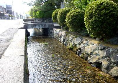 松ヶ崎街道の水路