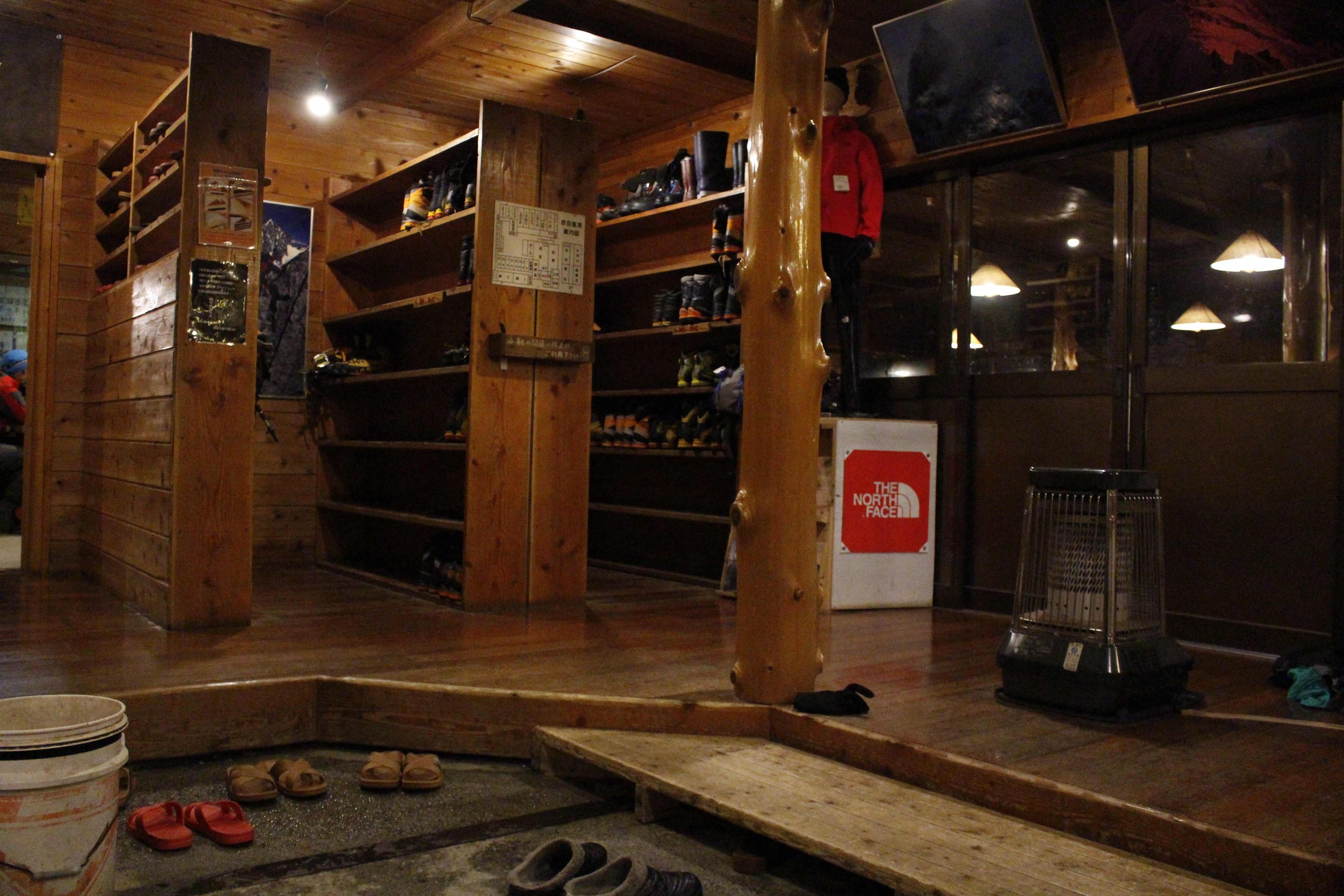20170302赤岳鉱泉エントランス