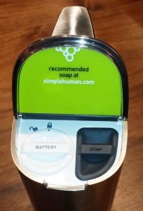 simplehuman(シンプルヒューマン) センサーソープディスペンサー 222ml ブラッシュドニッケル ST1036 内部画像 電池・洗剤口