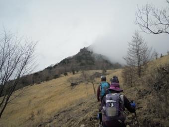 雲の向こうが乾徳山170426