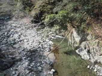 ゲートからちょっとの所で2つに川が分かれている170413