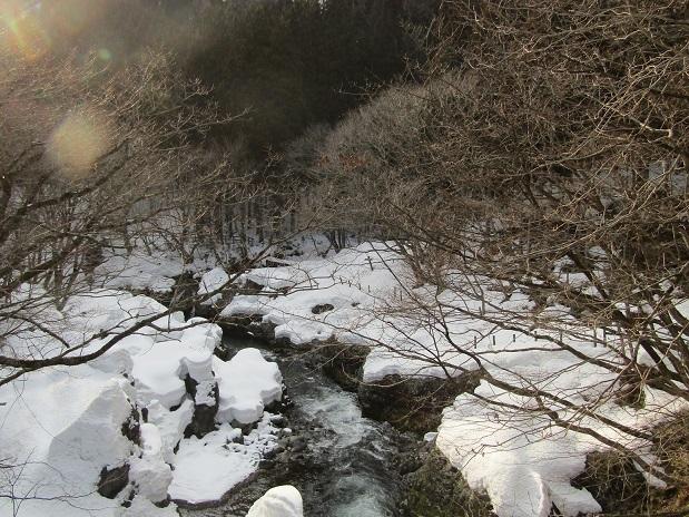 真瀬川の雪2