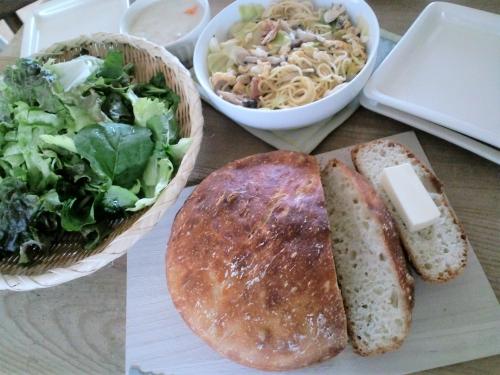 休日の朝食(ストウブ鍋で手づくりパン)