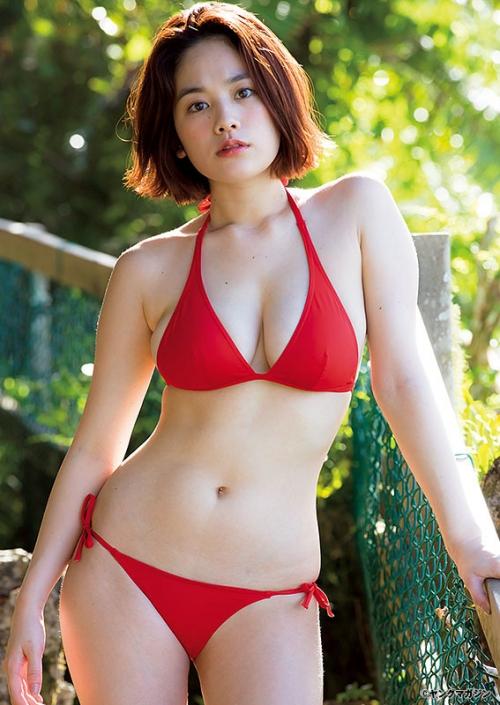 """筧美和子、B89センチの""""迫力ビキニ""""披露 「ヤンマガ」グラビアで「南国で身も心も解放MAX!!」"""
