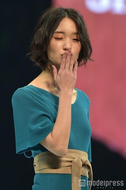 剛力彩芽、神戸コレクションで妖艶な色気溢れる女性にチェンジ 投げキッスも披露