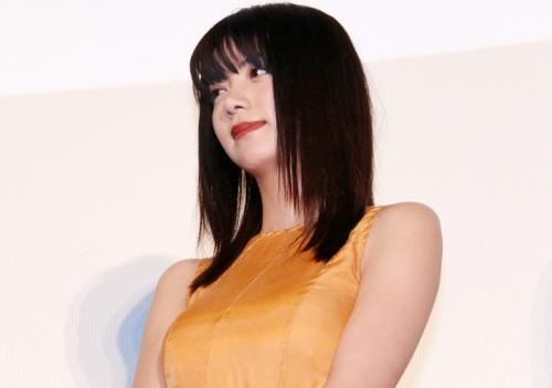 池田エライザ:オレンジの個性派ドレスでエレガントに ノースリーブですっきり腕出し