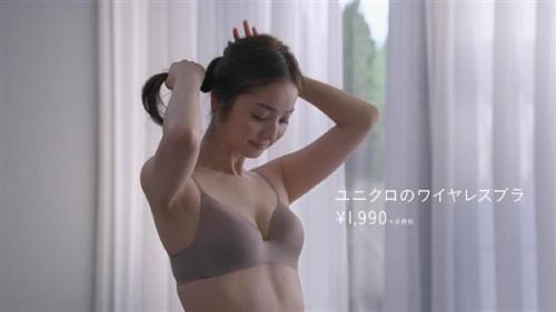 佐々木希さん出演のユニクロのブラCM 逆再生すると、本当に脱いでるように? 男性ファンが興奮