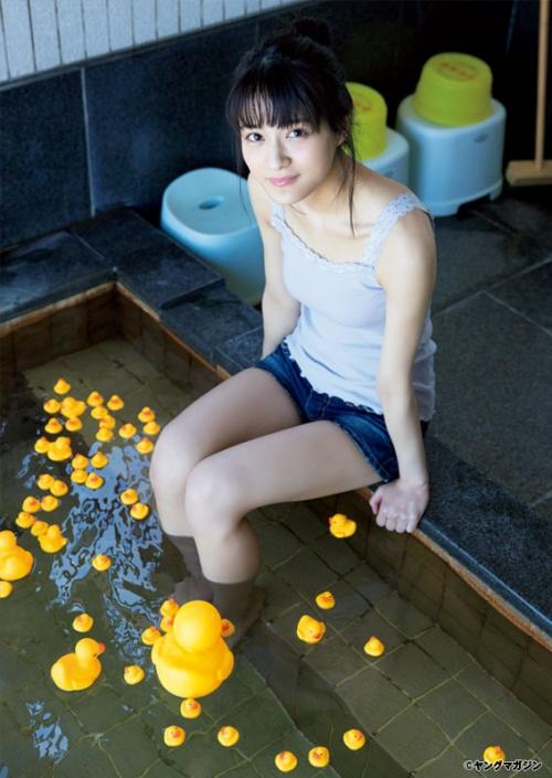 """""""欅坂46の聖母""""織田奈那、ナチュラル美で魅せる ショーパン姿で足湯も"""