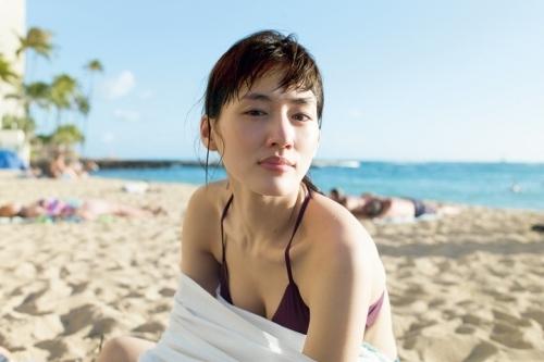 綾瀬はるか、ハワイで美バストちらり、ビーチ遊びにボディボード 写真集「BREATH」4月発売