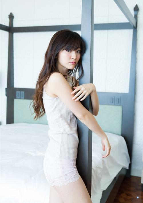 """℃-ute鈴木愛理:「ヤングガンガン」で""""卒業旅行""""グラビア へそ出し、美脚、大胆に美背中も"""