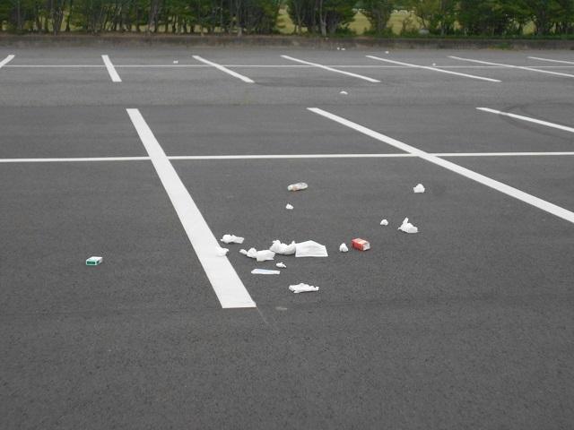 DSCN23230426管理棟後ろの新しい駐車場の不心得人のゴミ.jpg