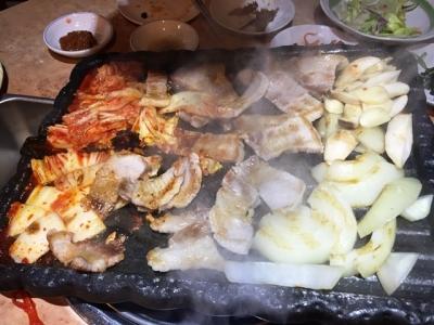 170110デジヤ大久保店サムギョプサルセット2人前4350円豚肉とキムチ焼く