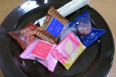 ROYCE'のチョコon天目釉皿