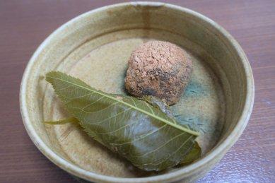 わらび餅と道明寺on黄瀬戸どら鉢
