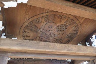 地蔵堂の門の天井彫刻(江戸火消三番組纏)