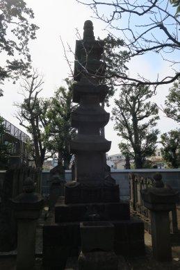 円融寺・日源上人五重石塔