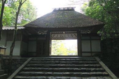 法然院・茅葺屋根の山門