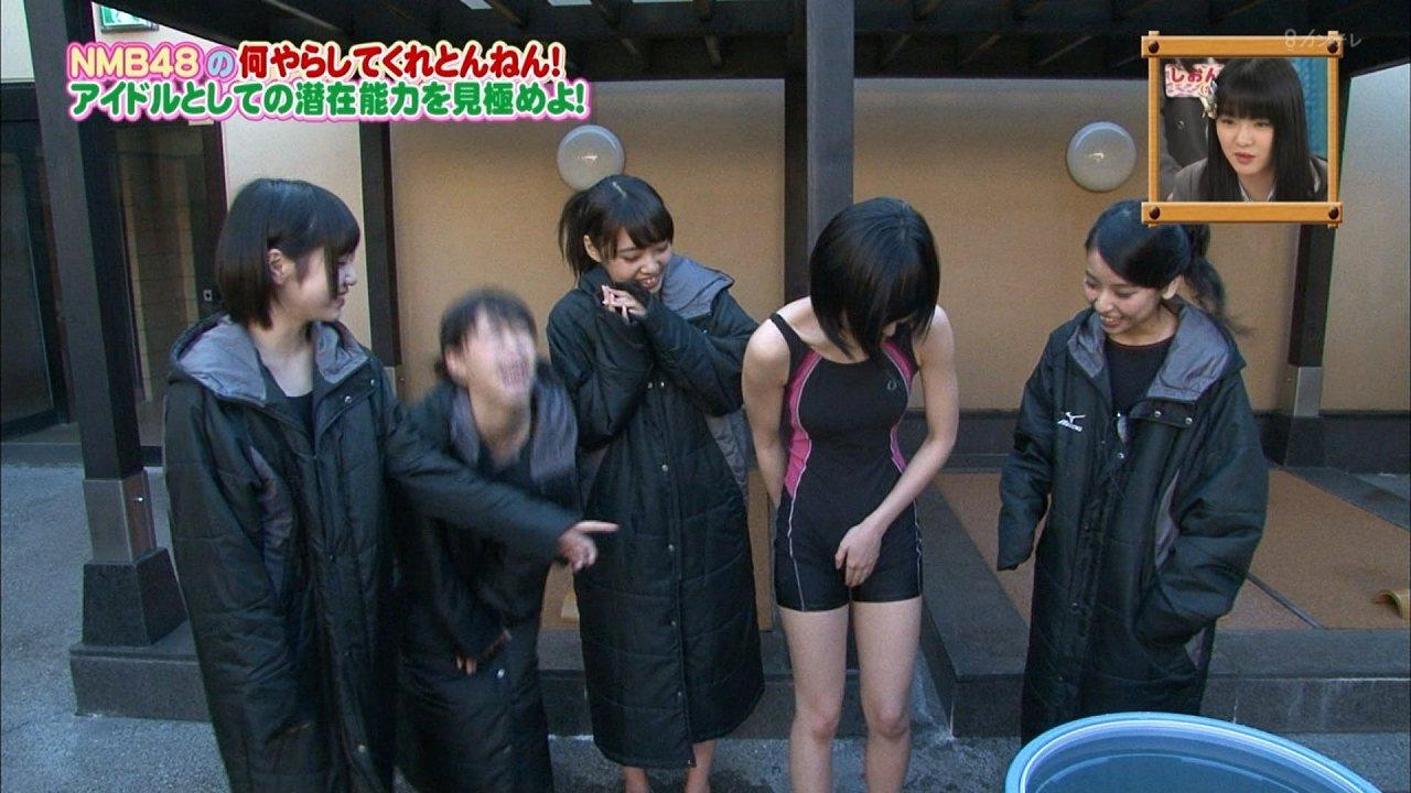 「NMBとまなぶくん」、スクール水着を着て股間を押さえてる須藤凜々花