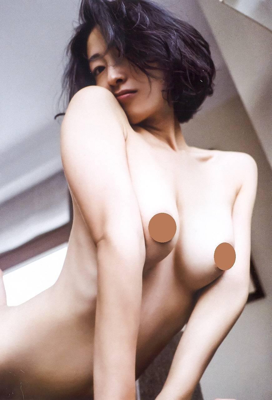 佐藤寛子のヌードグラビア