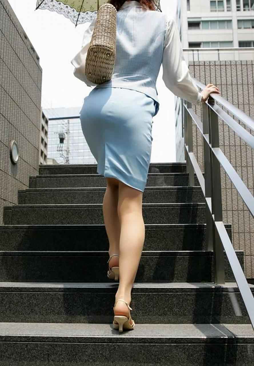 タイトスカートで階段を上るOLの尻