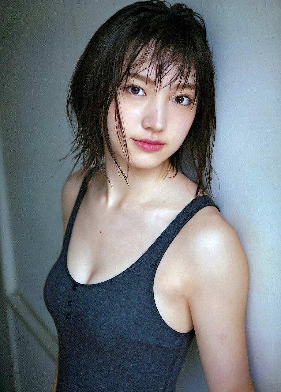 タンクトップを着た太田夢莉の着衣おっぱいグラビア