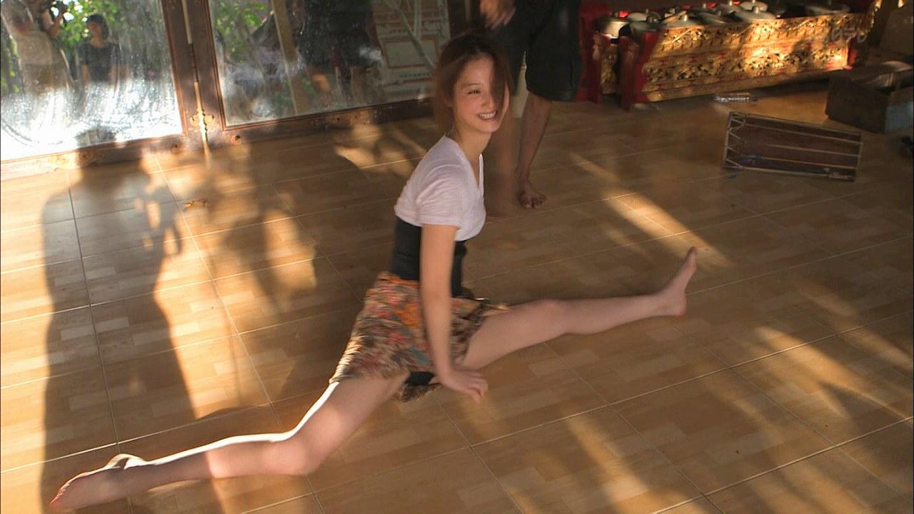 BS日テレ「佐々木希神々の楽園バリ島~バリ舞踊の真髄にふれる~」で開脚してパンチラしてる佐々木希