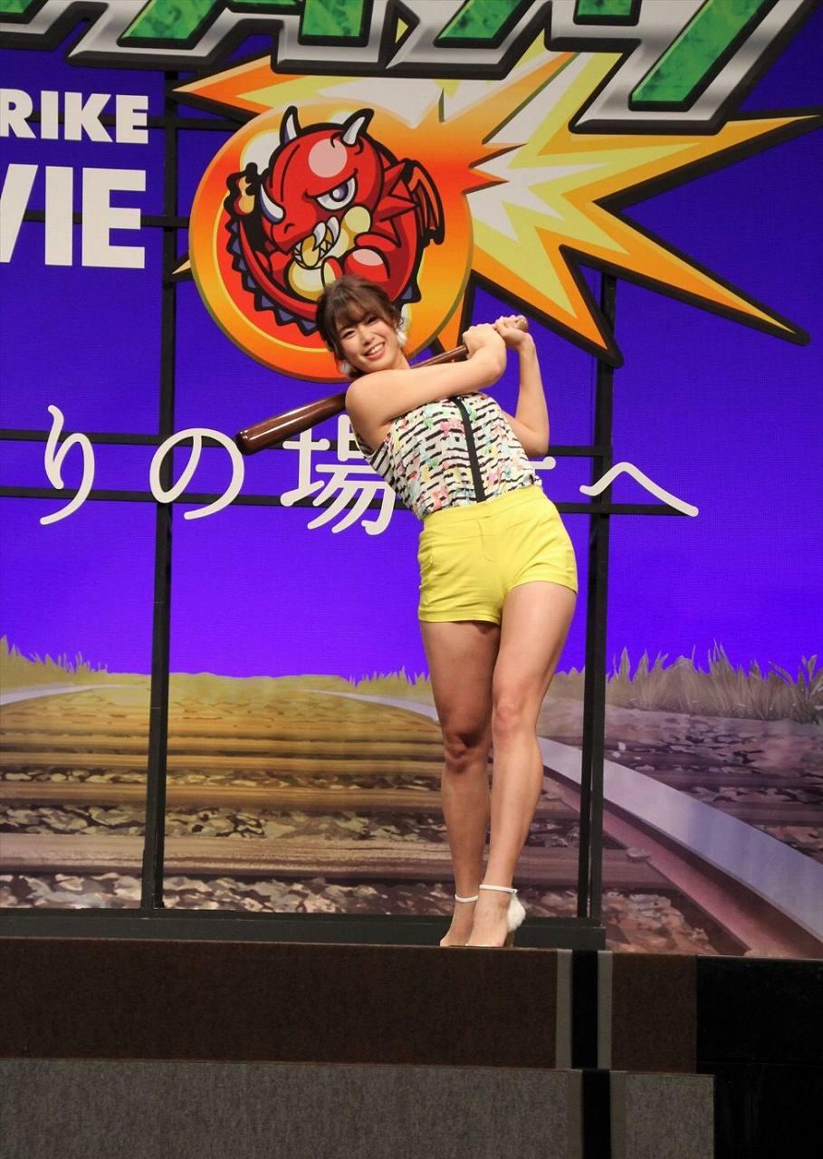 ショートパンツを履いてスイングする稲村亜美