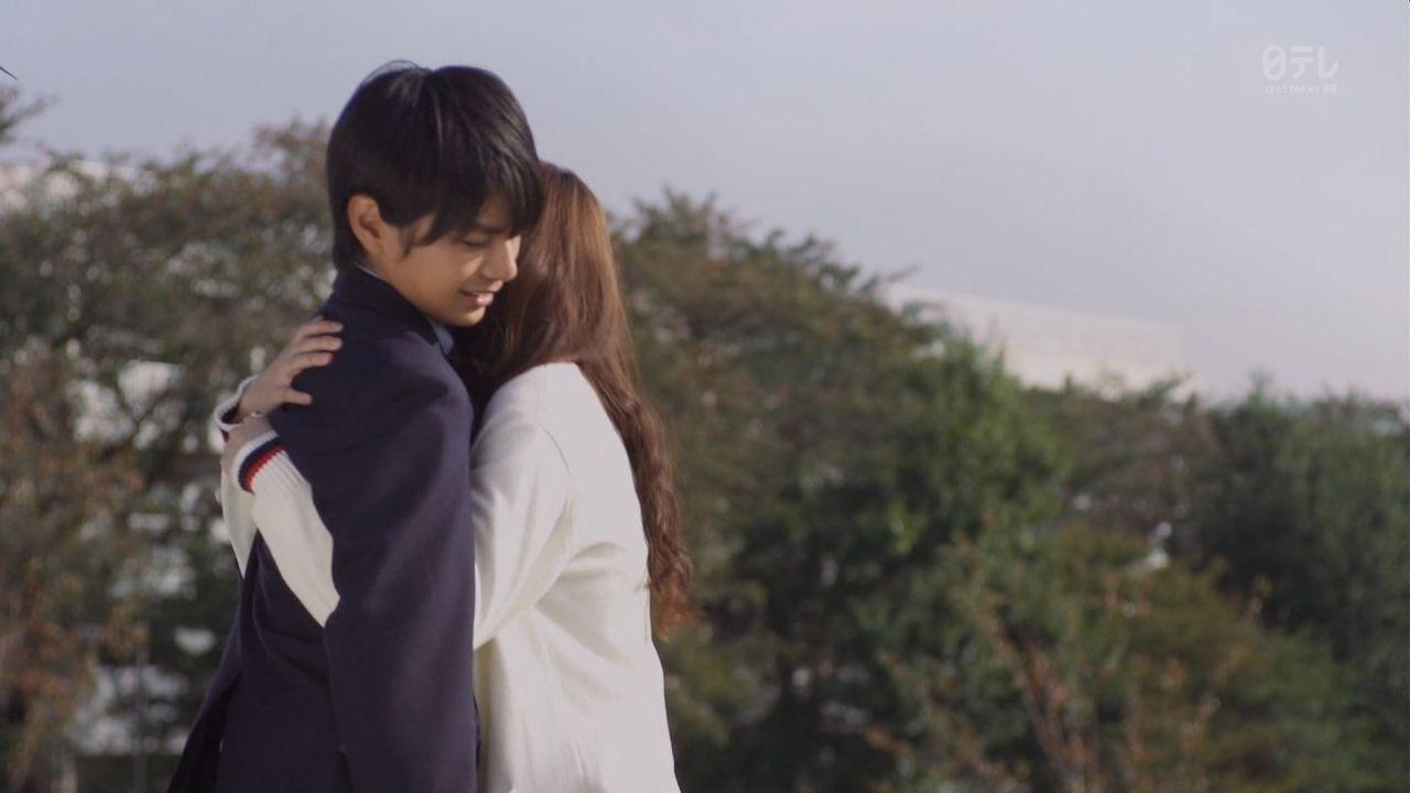 ドラマ「49」、暖(佐藤勝利)に抱きつくマナ(西野七瀬)