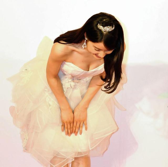 デコルテ丸出しドレスでお辞儀をして胸チラ、おっぱい谷間を見せてる土屋太鳳