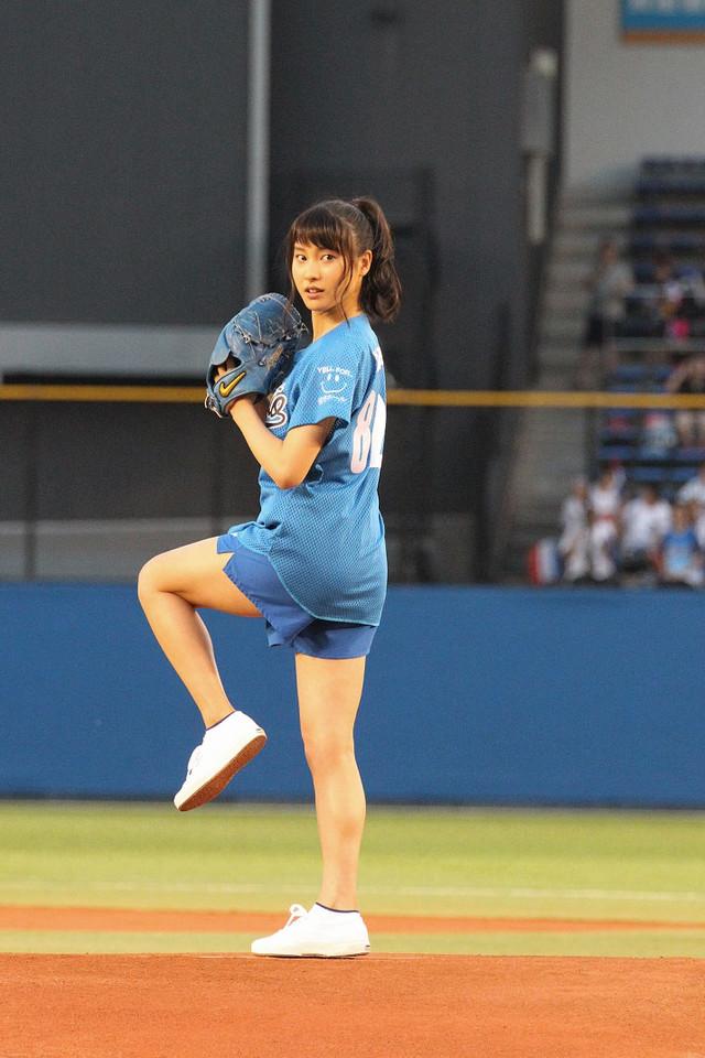 ショートパンツのユニフォームで始球式をする土屋太鳳のお尻