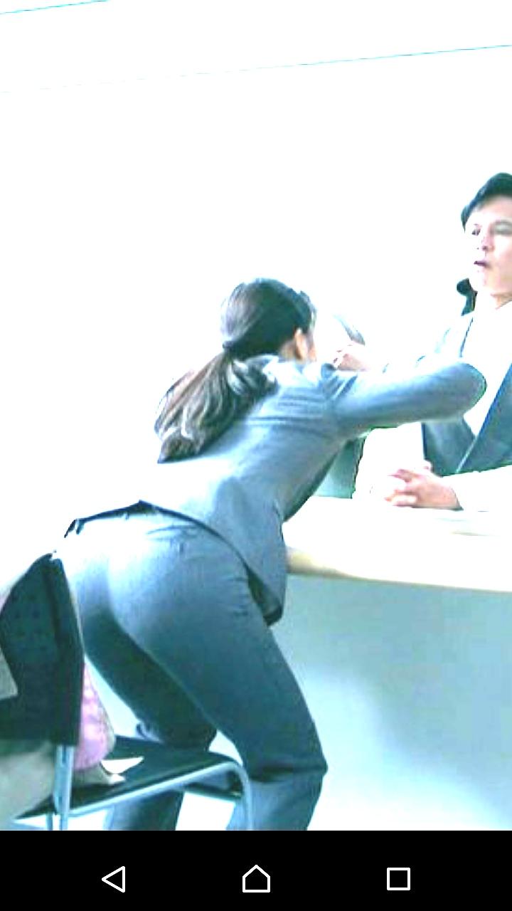 ドラマでピチピチのパンツスーツを着た土屋太鳳の透けパンツ