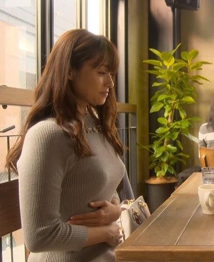 ドラマでニットを着た深田恭子の着衣巨乳