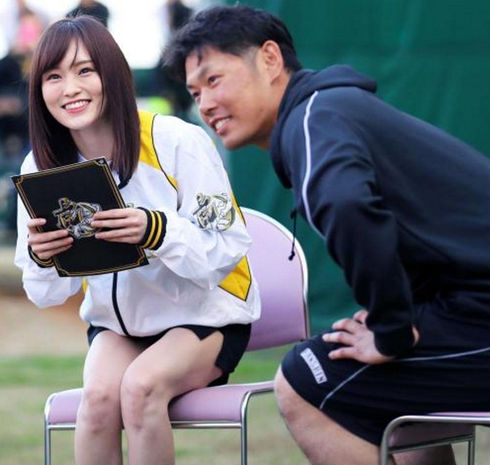 超ミニのタイトスカートを履いたNMB48・山本彩と阪神・原口文仁