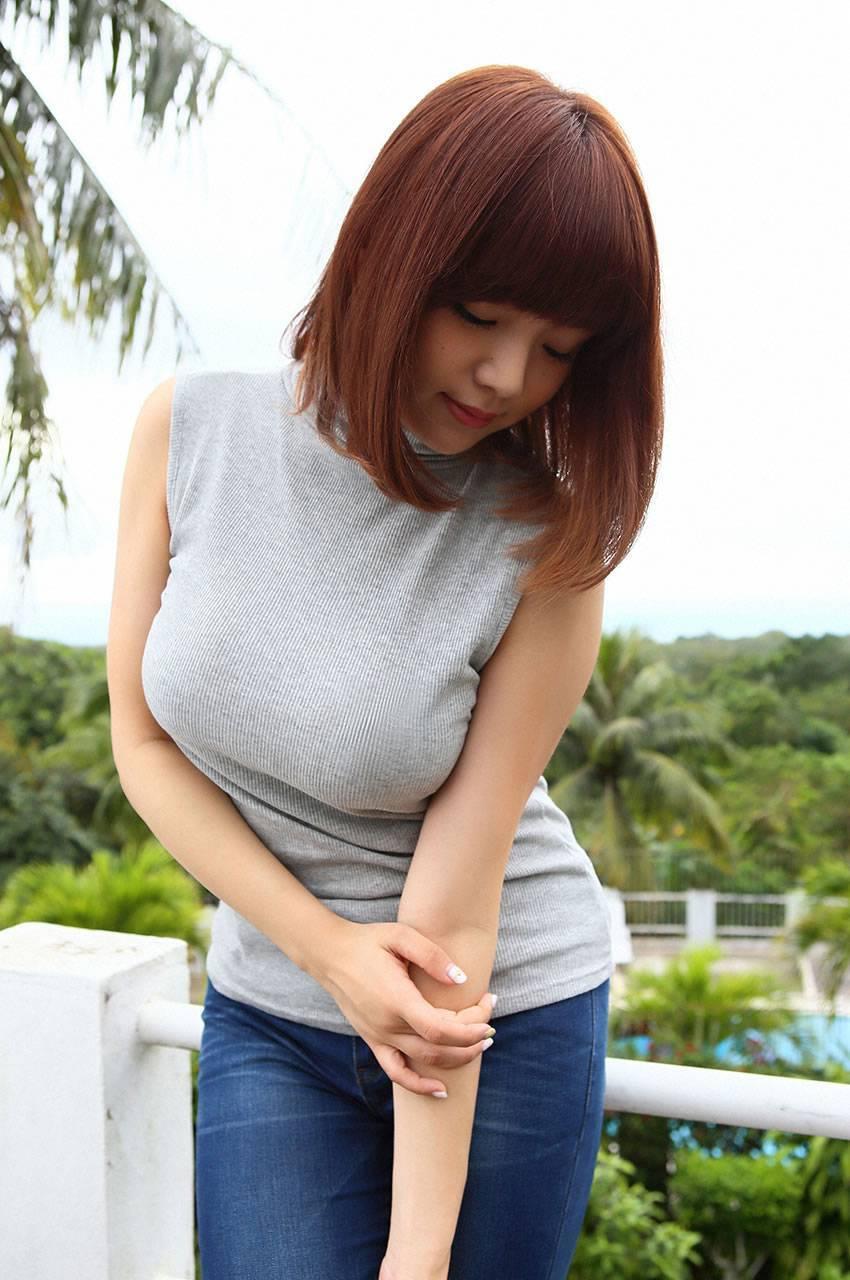 ニットを着た篠崎愛の着衣巨乳グラビア
